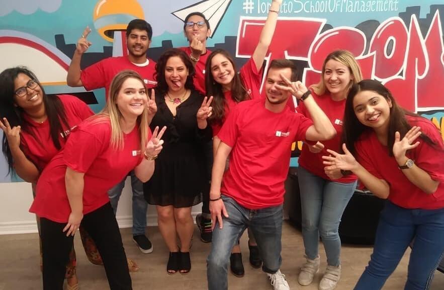 تیم داوطلب از دانشجویان Toronto School of Management برای کمک و پاسخگویی به دانشجویان تازه وارد
